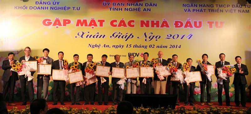 Trao Bằng khen cho các doanh nghiệp đầu tư hiệu quả vào Nghệ An