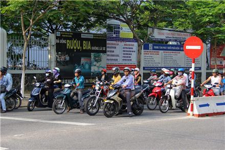 Việc thu phí đường bộ đối với xe môtô ở một số địa phương  vẫn còn nhiều bất cập