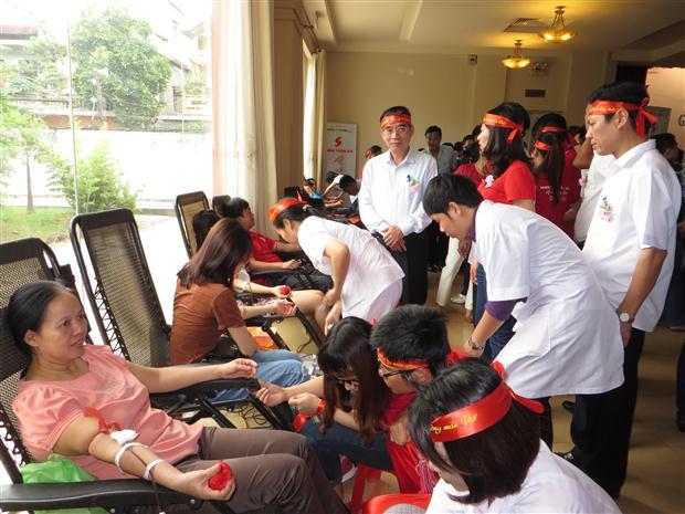 Đồng chí Hoàng Viết Đường – Phó Chủ tịch UBND tỉnh động viên các tình nguyện viên hiến máu