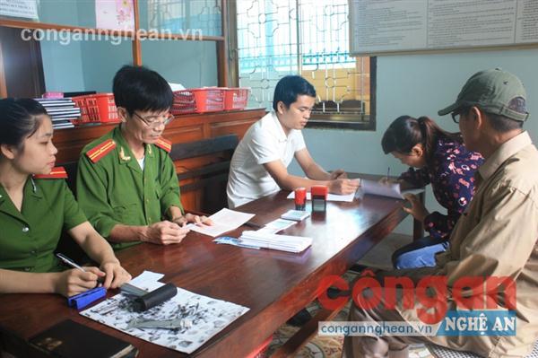 Công an huyện Quỳ Châu làm thủ tục cấp CMND tại Bộ phận một cửa