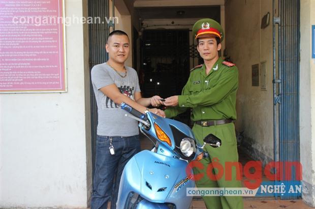 Đại diện đội CSTT và Cơ Động Công an TP Vinh trao trả tài sản cho người bị hại.