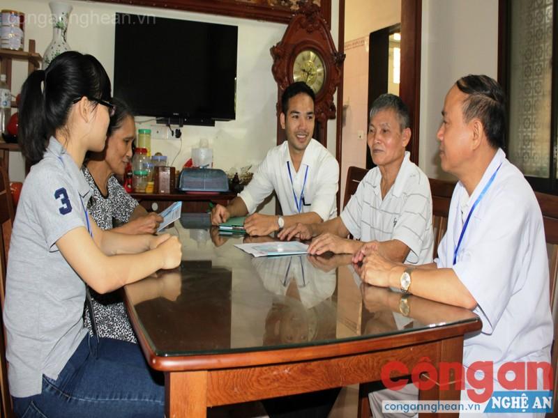 Bác sỹ phòng khám gia đình đến nhà thăm khám sức khỏe cho người dân