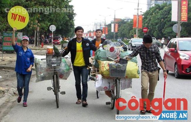 Nhóm sinh viên tình nguyện CLB Thanh niên sống đẹp thu gom ve chai, phế liệu trên địa bàn TP Vinh để gây quỹ từ thiện