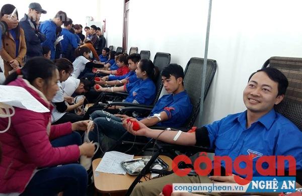 Đoàn viên thanh niên Thành đoàn Vinh tham gia hiến máu nhân đạo trong lễ ra quân Tháng Thanh niên năm 2016