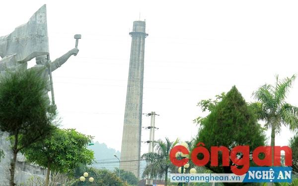 Cột khói Nhà máy điện Vinh nhìn từ tượng đài Công nhân Xô Viết Trường Thi - Bến Thủy