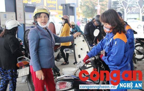 Lao động nữ của Công ty Petrolimex trong giờ lao động