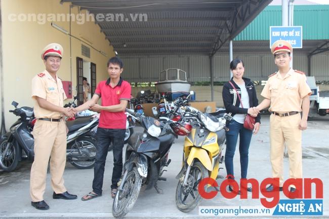 Trao trả xe cho chị Cao Thị Diện và anh Ngô Ngọc Giang
