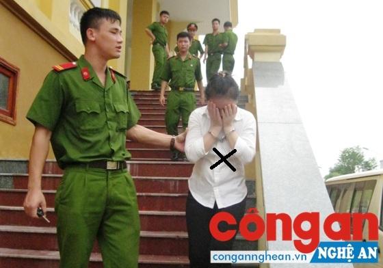 Dẫn giải bị cáo Nguyễn Thị Thủy (X) trở về Trại Tạm giam