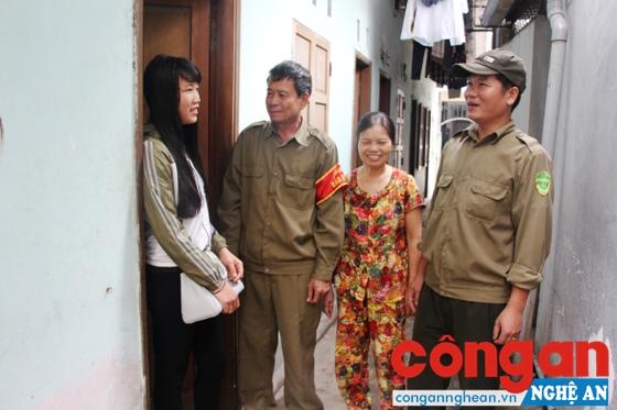 Tổ bảo vệ dân phó phường Bến Thủy kiểm tra một dãy trọ trên địa bàn phường quản lý - Ảnh: Cao Loan