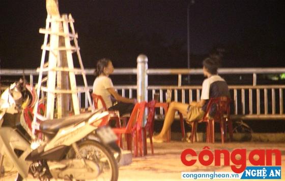 Chị Hồng trong một lần tiếp cận với người nghiện ma túy trên địa bàn TP Vinh
