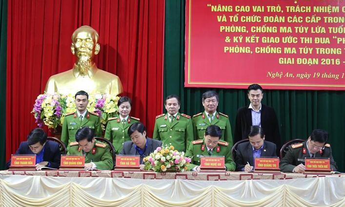Đại diện Ban Chỉ đạo các đơn vị trong Cụm thi đua số 5 đã ký kết giao ước thi đua