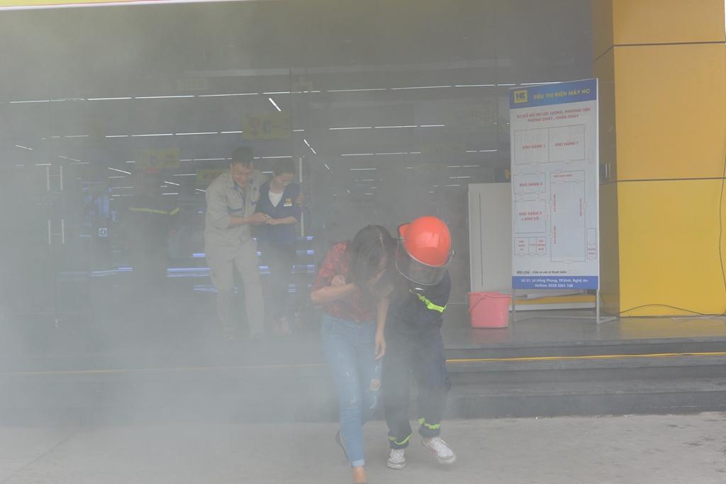 Lực lượng cứu nạn tổ chức đưa người mắc kẹt ra khỏi hiện trường