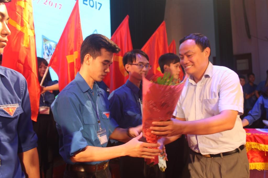 Phó Bí thư Tỉnh đoàn Phạm Ngọc Cảnh tặng hoa chúc mừng các đội tình nguyện