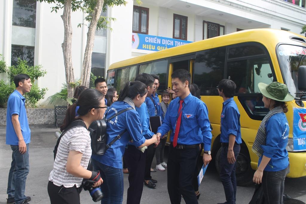 Bí thư Đoàn trường dặn dò các tình nguyện viên trước lúc lên đường