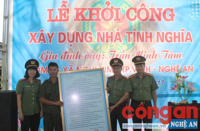 Trao quyết định khởi công nhà tình nghĩa cho anh Trịnh Minh Tâm