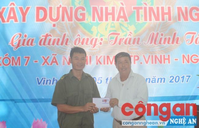 Mạnh thường quân tặng quà cho anh Trịnh Minh Tâm