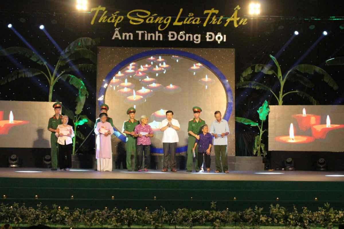 Chủ tịch UBND tỉnh Nguyễn Xuân Đường trao sổ tiết kiệm cho 5 Bà mẹ Việt Nam anh hùng.