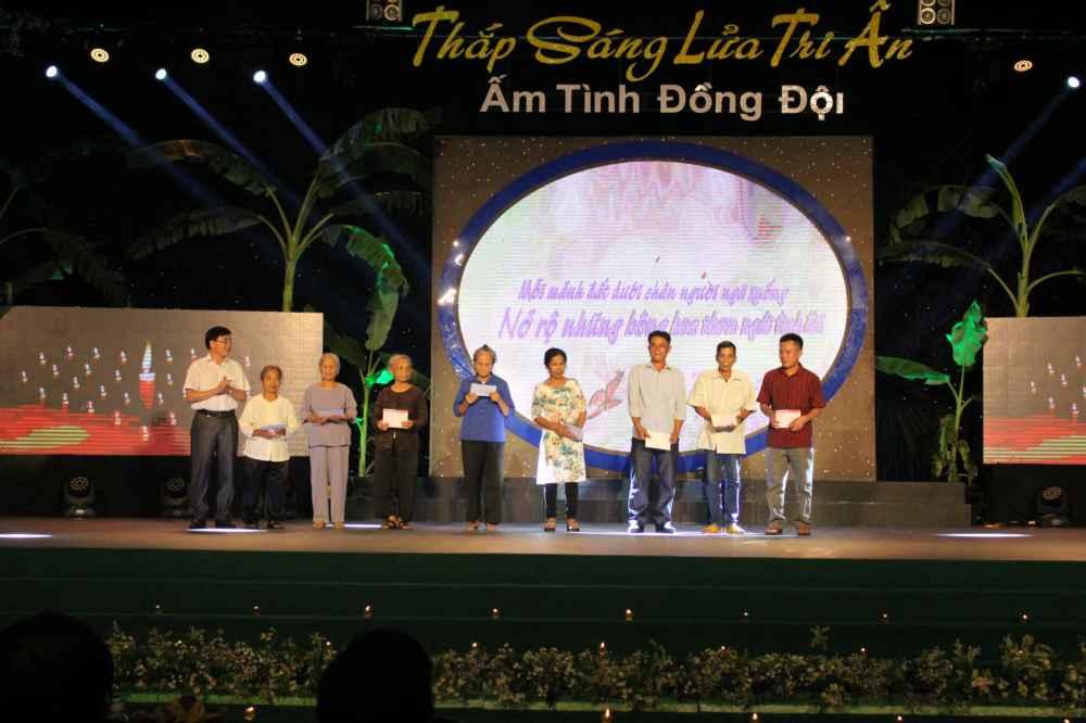 Phó Bí thư Tỉnh ủy trao sổ tiết kiệm cho thân nhân gia đình Liệt sỹ.