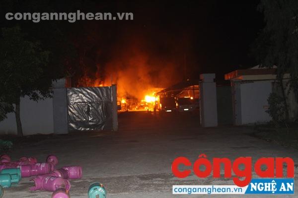 Vụ cháy diễn ra vào khoảng 8 giờ 30 phút kèm theo tiếng nổ lớn