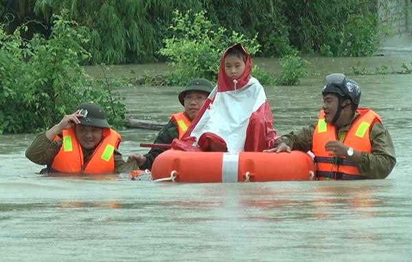CBCS Công an tỉnh Nghệ An đưa một cháu bé đến nơi an toàn