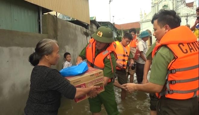 Chuyển hàng cứu trợ tới nhân dân