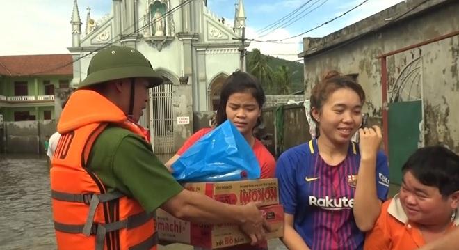 Cán bộ chiến sĩ Công an tỉnh Nghệ An phát hàng cứu trợ cho nhân dân