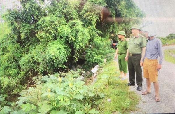 Đại tá Nguyễn Văn Trung - Giám đốc Công an tỉnh Hà Nam trực tiếp kiểm tra, chỉ đạo các lực lượng Công an trong tỉnh giúp nhân dân trên địa bàn khắc phục hậu quả do mưa lụt gây ra.