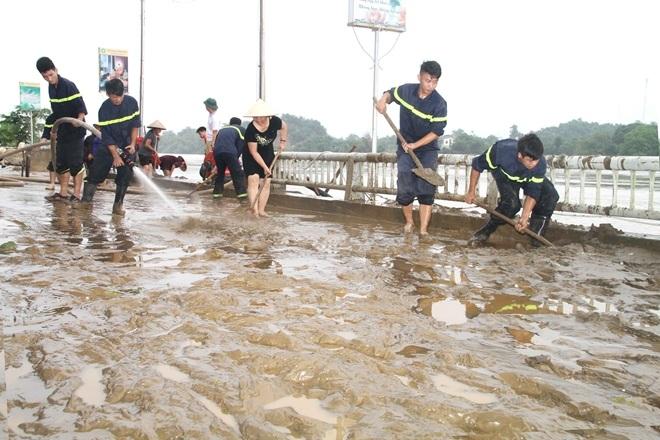CBCS Công an tỉnh Yên Bái giúp dân khắc phục hậu quả mưa lũ