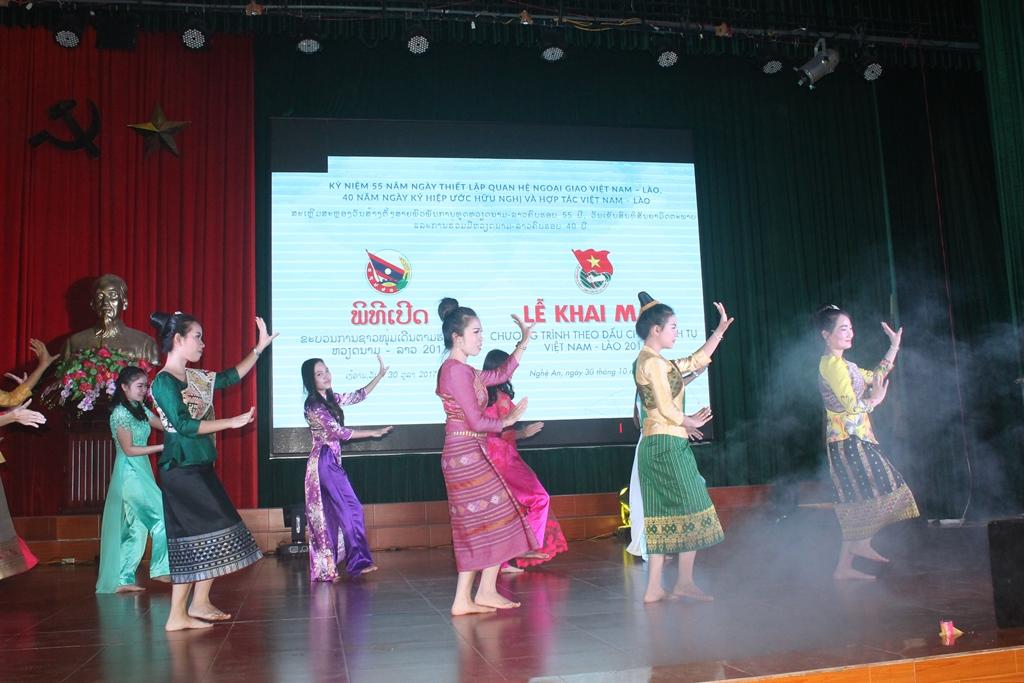 Các sinh viên Việt - Lào trong ca khúc Tình Việt Lào