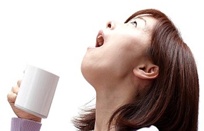 Súc miệng nước muối tự chế rất nguy hiểm cần loại bỏ ngay. Ảnh minh họa