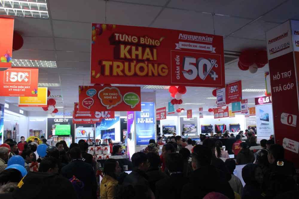 Ngay lúc mở cửa, rất nhiều người dân đã tham quan và mua sắm
