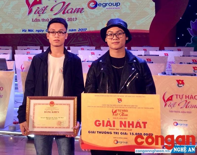"""2 em Lê Anh Tuấn và Nguyễn Thái Phong tại lễ trao giải cuộc thi """"Tự hào Việt Nam"""""""
