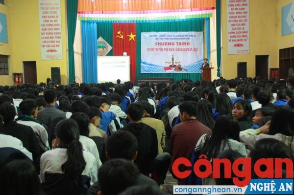 Toàn cảnh buổi tuyên truyền tại trường THPT Dân tộc nội trú Nghệ An