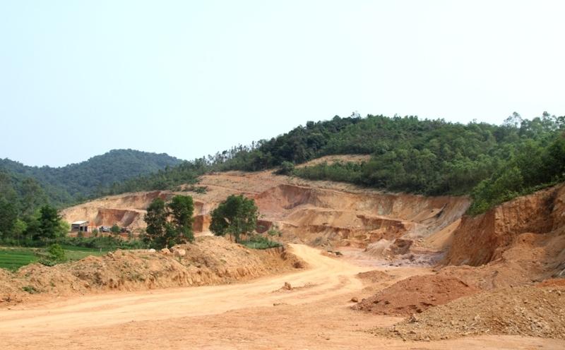 Doanh nghiệp mở đường, bạt núi để khai thác đất trái phép, mặc dù khối lượng đất tại vị trí này chưa được kiểm định chất lượng nhưng vẫn được sử dụng vào dự án trăm tỉ.