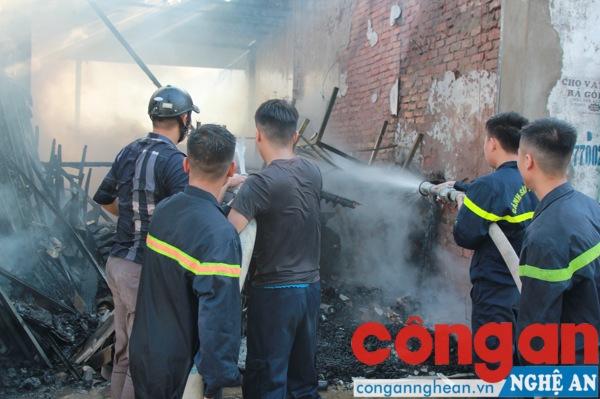 Lực lượng Cảnh sát PCCC có mặt kịp thời nhằm khống chế đám cháy