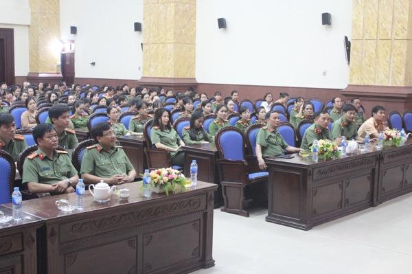 Đại biểu tham dự buổi nói chuyện chuyên đề