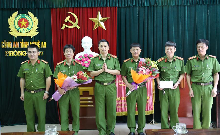 Đồng chí Đại tá Nguyễn Mạnh Hùng – Phó giám đốc Công an tỉnh Nghệ An đã tặng hoa, trao thưởng về thành tích xuất sắc của các đơn vị tham gia phá án.