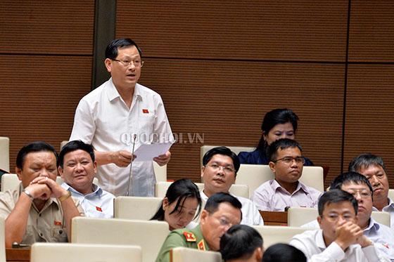 Đại biểu Quốc hội Nguyễn Hữu Cầu, Đoàn đại biểu Quốc hội tỉnh Nghệ An phát biểu tại 1 kỳ họp Quốc hội - Nguồn: QUOCHOI.VN