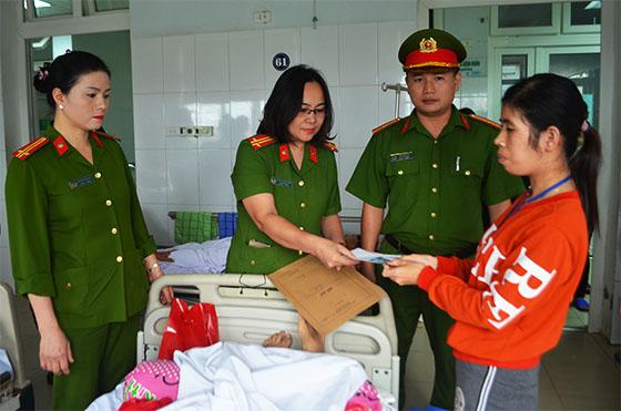 Cán bộ Phòng QLHC về TTXH Công an Nghệ An đến bệnh viện làm CMND và tặng quà hỗ trợ bệnh nhân