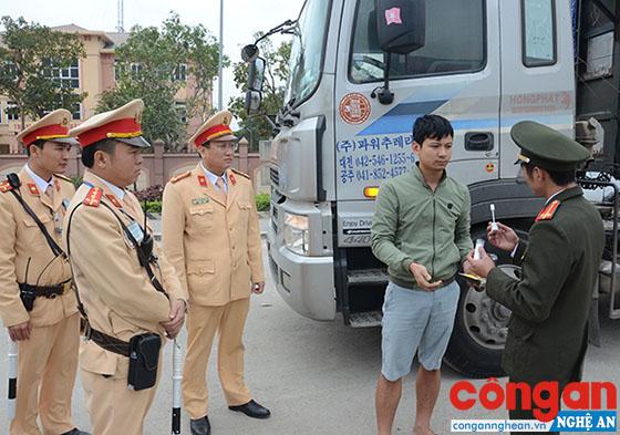 Tổ công tác kiểm tra nhanh chất ma túy đối với người điều khiển phương tiện giao thông