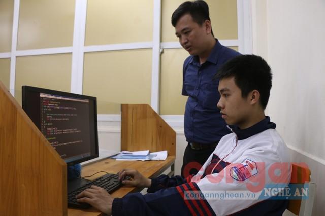 Em Trần Lê Hiệp cùng thầy Nguyễn Đức Toàn - người  trực tiếp giảng dạy, bồi dưỡng em ở Đội tuyển