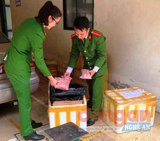 Cán bộ Đội Cảnh sát Kinh tế Công an            TP Vinh kiểm tra số tang vật thu giữ