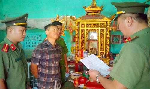 Cơ quan ANĐT Công an Thanh Hóa thi hành lệnh bắt tạm giam Phạm Văn Điệp.