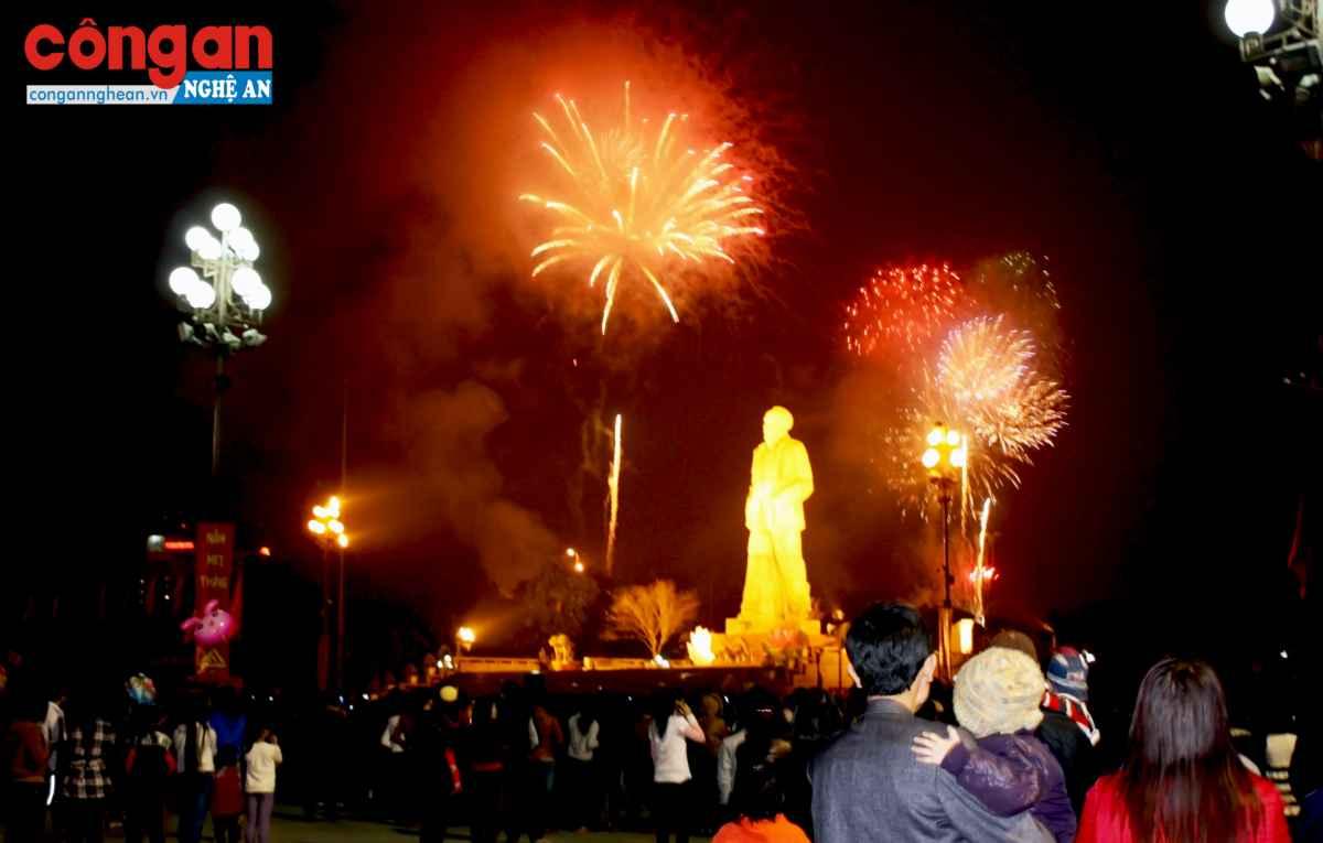 Người dân TP Vinh ngắm pháo hoa đêm giao thừa tại Quảng trường Hồ Chí Minh. Ảnh: Bình Minh