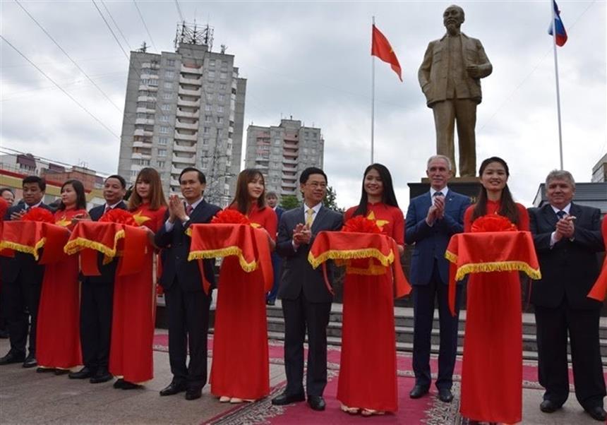 Lễ cắt băng khánh thành Tượng đài Hồ Chí Minh tại tỉnh U-li-a-nốp