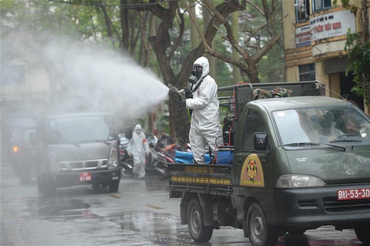 Binh chủng hóa học khử trùng toàn bộ khu phố Trúc Bạch - Ảnh: Internet