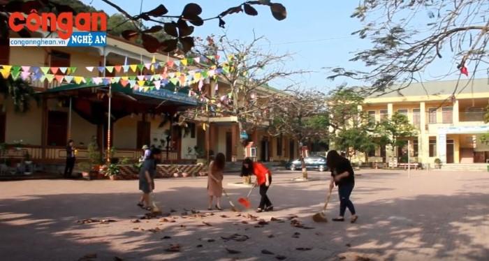 Giáo viên huyên Nghi Lộc dọn vệ sinh trường lớp trong thời gian học sinh nghỉ học. Ảnh: Văn Hậu