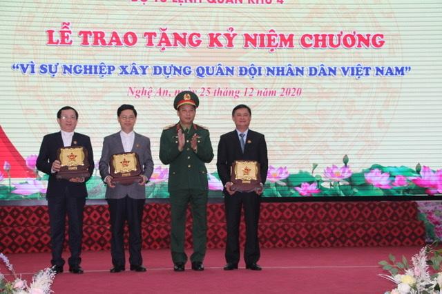 """Lãnh đạo tỉnh tặng Kỷ niệm chương """"Vì sự nghiệp xây dựng Quân đội nhân dân Việt Nam"""" cho 7 đồng chí lãnh đạo, nguyên lãnh đạo tỉnh."""