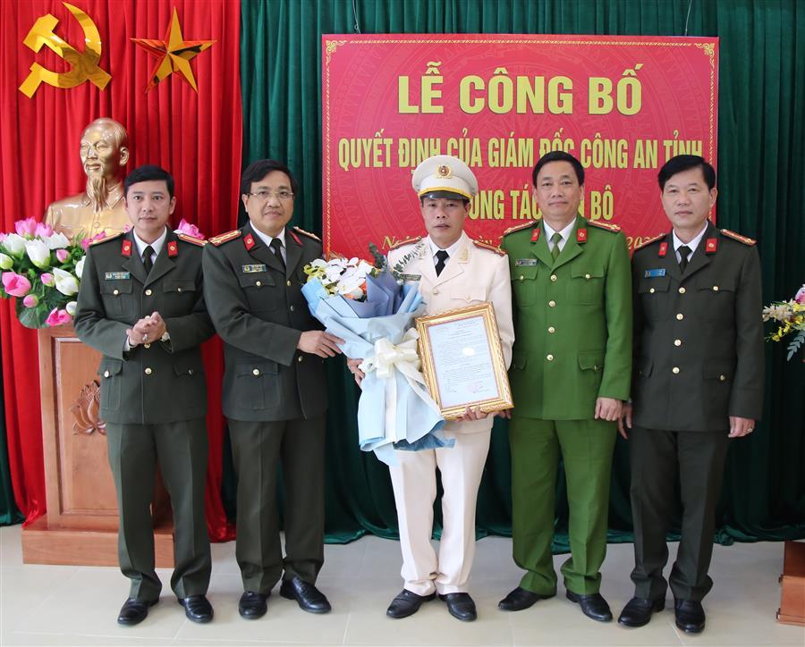 Các đồng chí trong Ban Thường vụ Đảng ủy Công an tỉnh chúc mừng đồng chí Trung tá Nguyễn Văn Mậu