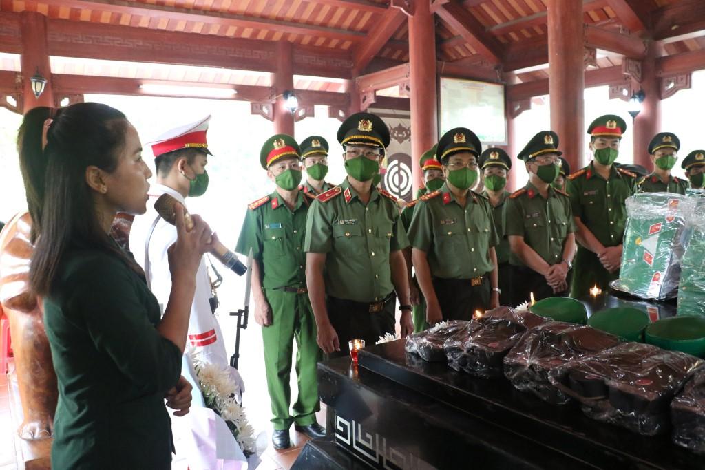 Đoàn đại biểu Công an tỉnh nghe thuyết minh về sự anh dũng hy sinh của 13 anh hùng liệt sỹ Đại đội 317 tại Truông Bồn - huyện Đô Lương
